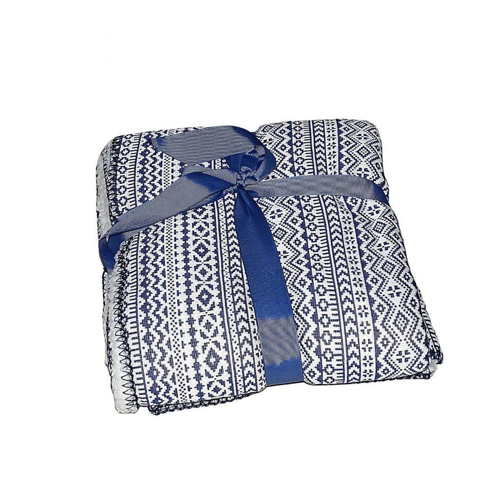 kék és fehér mintás puha takaró