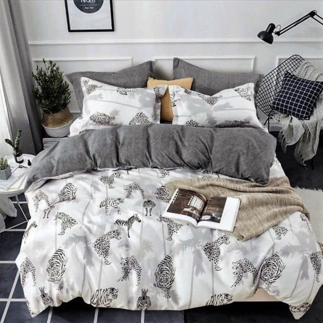 szürke fehér alapon rajzolt állatokkal ágynemű